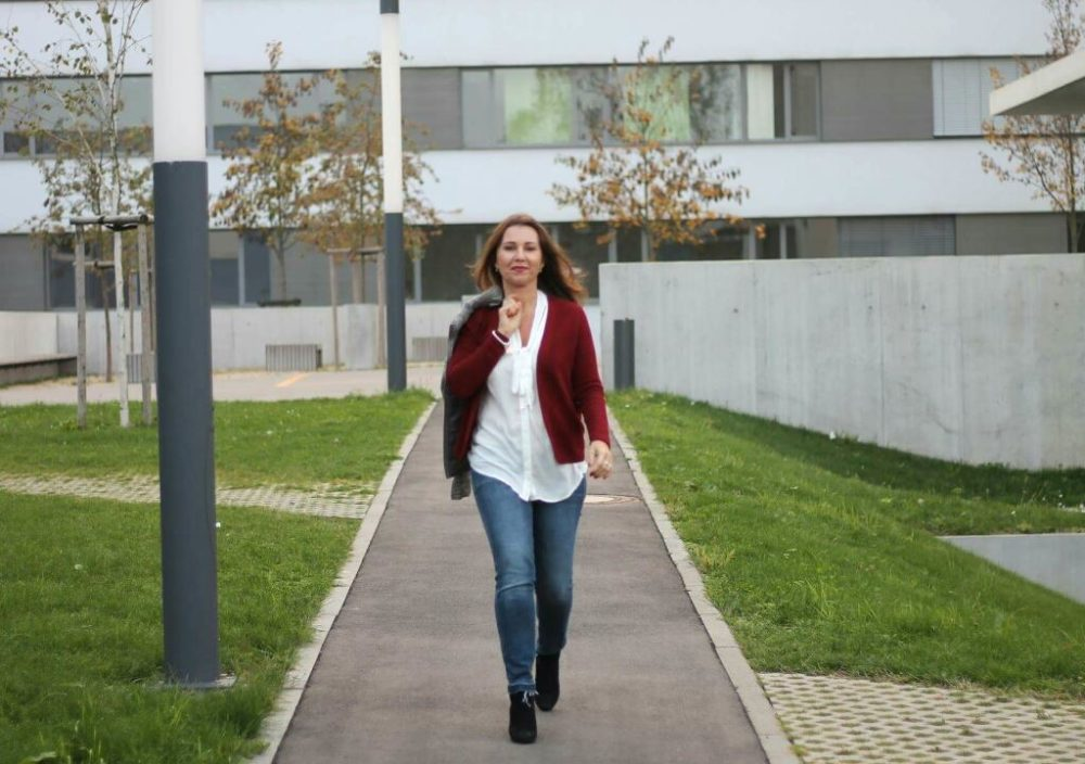 Herbstoutfit rote strickjacke graue Steppjacke aboutyou fashionblogger kombination schick in strick