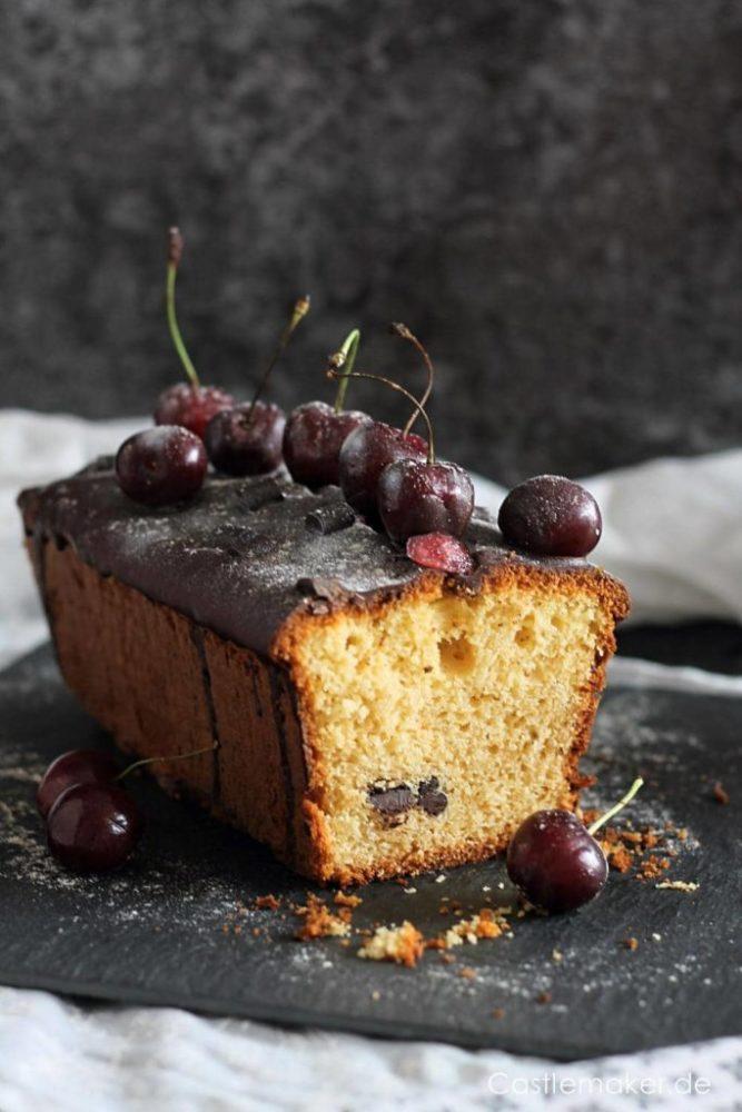 Joghurt-Kirsch-Kuchen aus der Kastenform mit knackigem Schokoguss und Chocolate Chunks